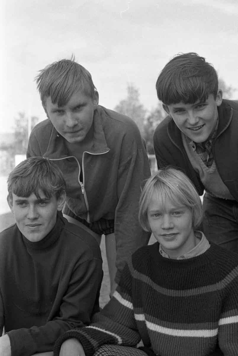 Skolmästerskap på Sturevallen. Fyra grabbar. Bakre raden, från vänster: Kent Larsson och Bertil Pell Främre raden, från vänster: Tony Sandberg och Per Engström