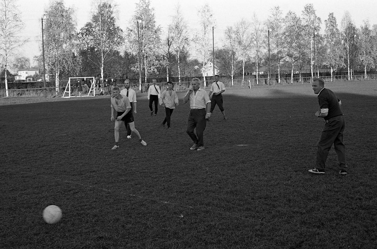 Fotbollsmatch på Sturevallen, Tekniska skolans lärare mot eleverna. Domare är stadsfullmäktiges ordförande, Jonas Carlsson.