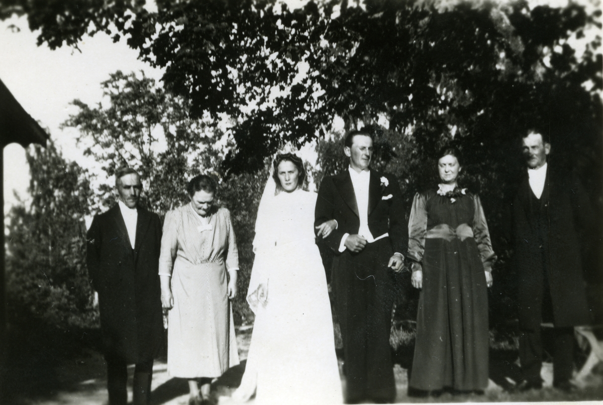 Bröllopet morfar Karl, mormor Fanny, mor Inga May, far Allan, farmor Elsa och farfar Arvid.