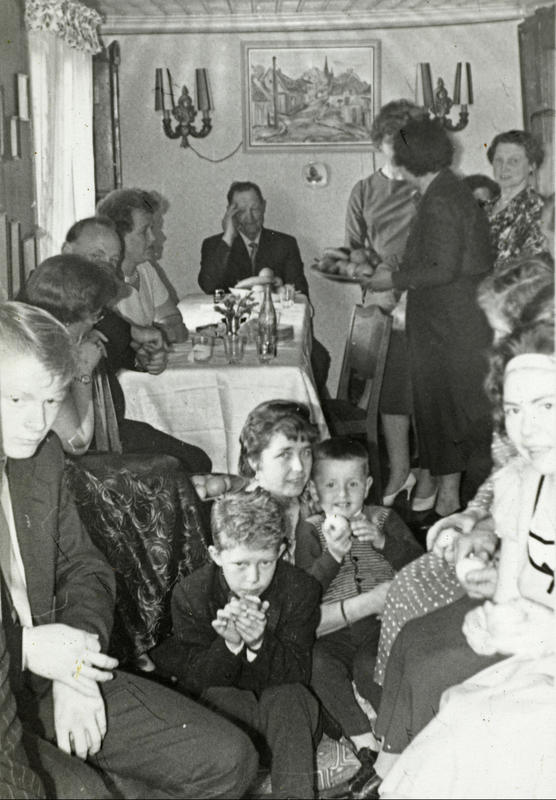 Konfirmasjonen til Kent og Roger Johansen i Langleiken 9. Alle ble servert middag og kaffe, samt flere kakeslag. Det var trangt, men hyggelig å samle familien som hadde kommet helt fra Flisa. Alle måtte tilpasse seg forholdene.