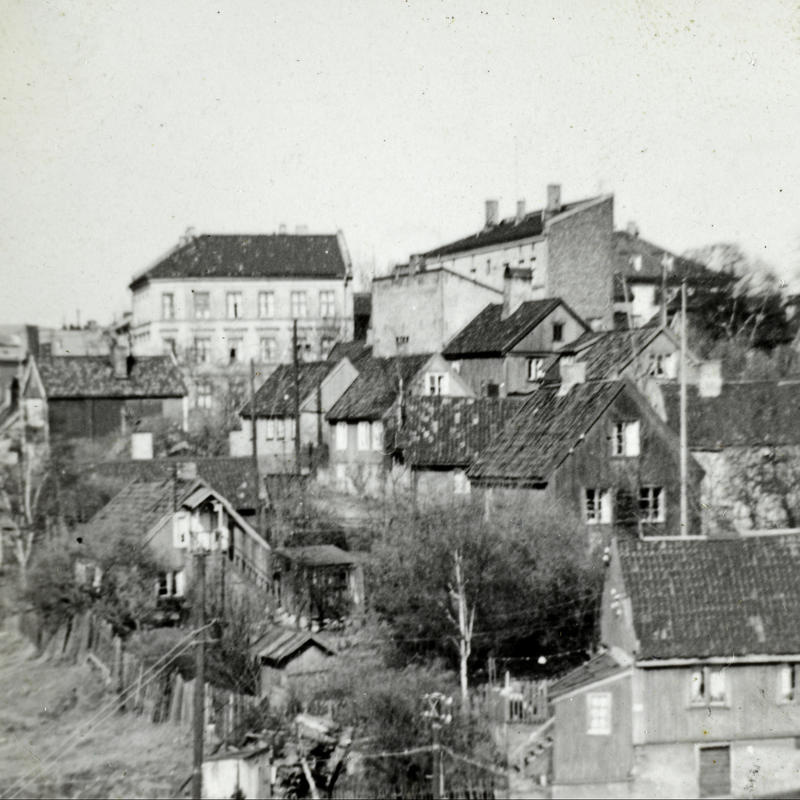 Oversikt over trehusbebyggelse på Enerhaugen. I 1947 ble det vedtatt at de gamle trehusene skulle rives. I 1959 startet arbeidet med saneringen. (Foto/Photo)