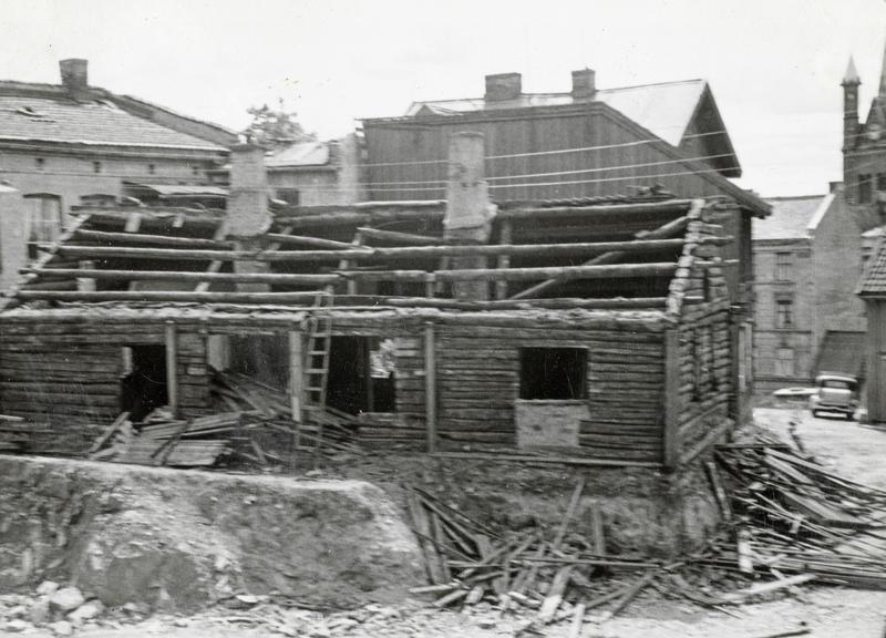 Rivning av Langleiken 3. Husene ble revet manuelt. Materialene sagde vi opp til ved for vinteren. Noe ved ble også lagt i kokssekker og solgt på dørene i nabolaget. (Foto/Photo)