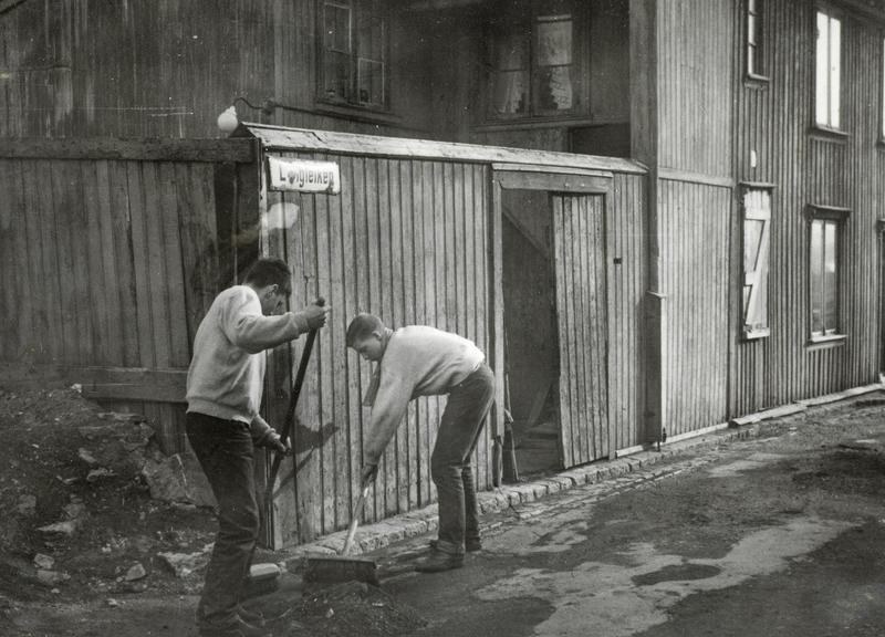 Sigurd og Roger Johansen feier gata utenfor Langleiken 9. Det var det eneste vedlikeholdet som ble gjort. (Foto/Photo)