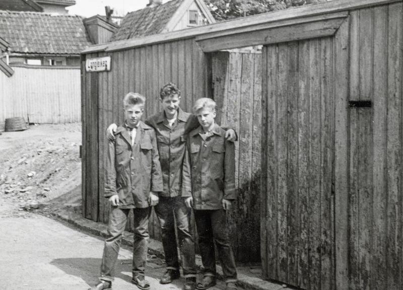Kent, Sigurd og Roger Johansen kledd i Freia sjokoladejakker. Det var populært å selge sjokolade på idrettsstevner for å tjene penger og samtidig komme gratis inn. Andre barn på «haugen» jobbet med lotterisalg, leverte ut aviser eller solgte syrinbuketter når syrinene blomstret.