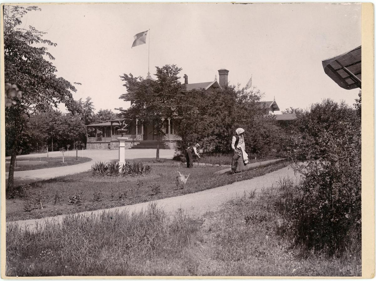 Man och kvinna sköter parken i Nybro Badanstalt, Nybro