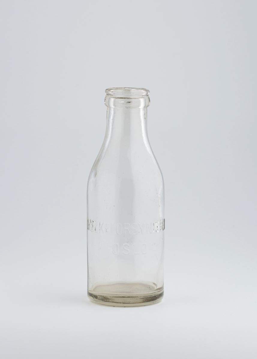 En halvliters melkeflaske. Rund grunnflate og ganske vid tut.