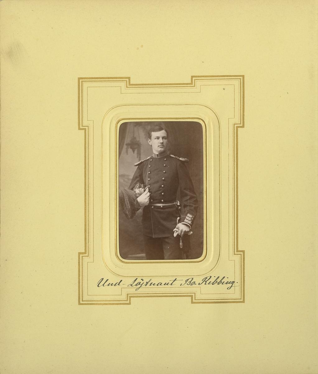 Porträtt av Bo Ribbing, underlöjtnant vid Smålands grenadjärbataljon.  Se även bild AMA.0008374.