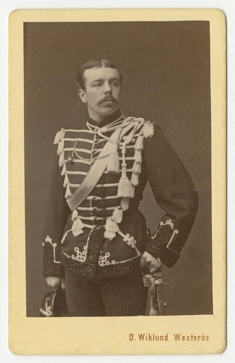 Porträtt av Gustaf Wathier Hamilton, underlöjtnant vid Livregementets husarkår K 3.  Se även bild AMA.0002052, AMA.0002060 och AMA.0007500.