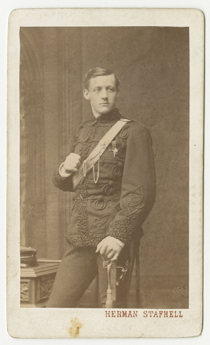 Porträtt av Bengt Erik Lennart Ribbing, underlöjtnant vid Smålands husarregemente K 4.  Se även bild AMA.0002051.
