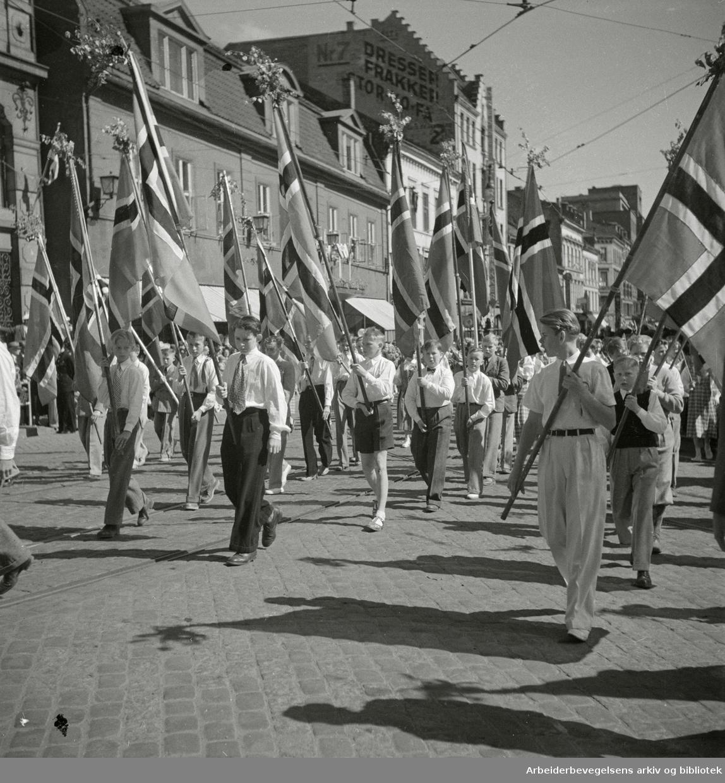 17. mai 1950. Barnetoget. Flaggborg. Storgata i Oslo.