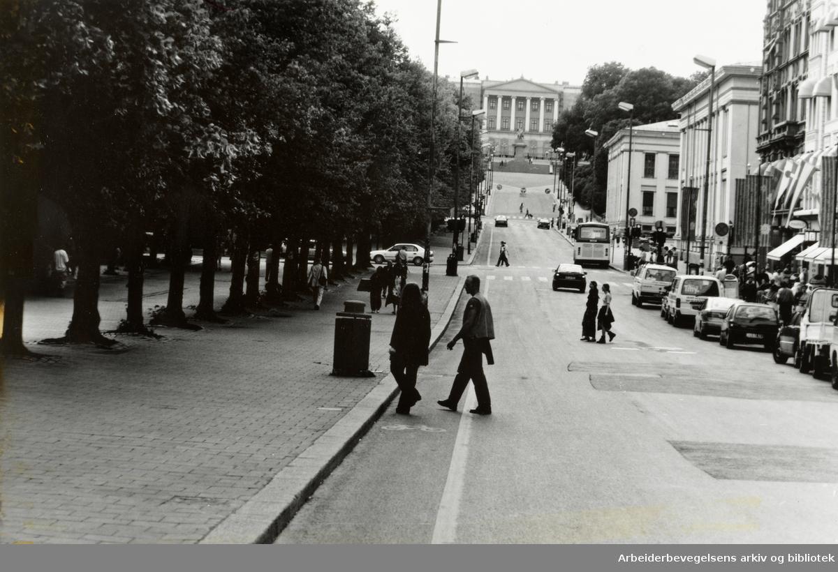 Karl Johans gate. Det er lite trafikk mens Norge spiller kamp i fotball-VM. 29. juni 1994