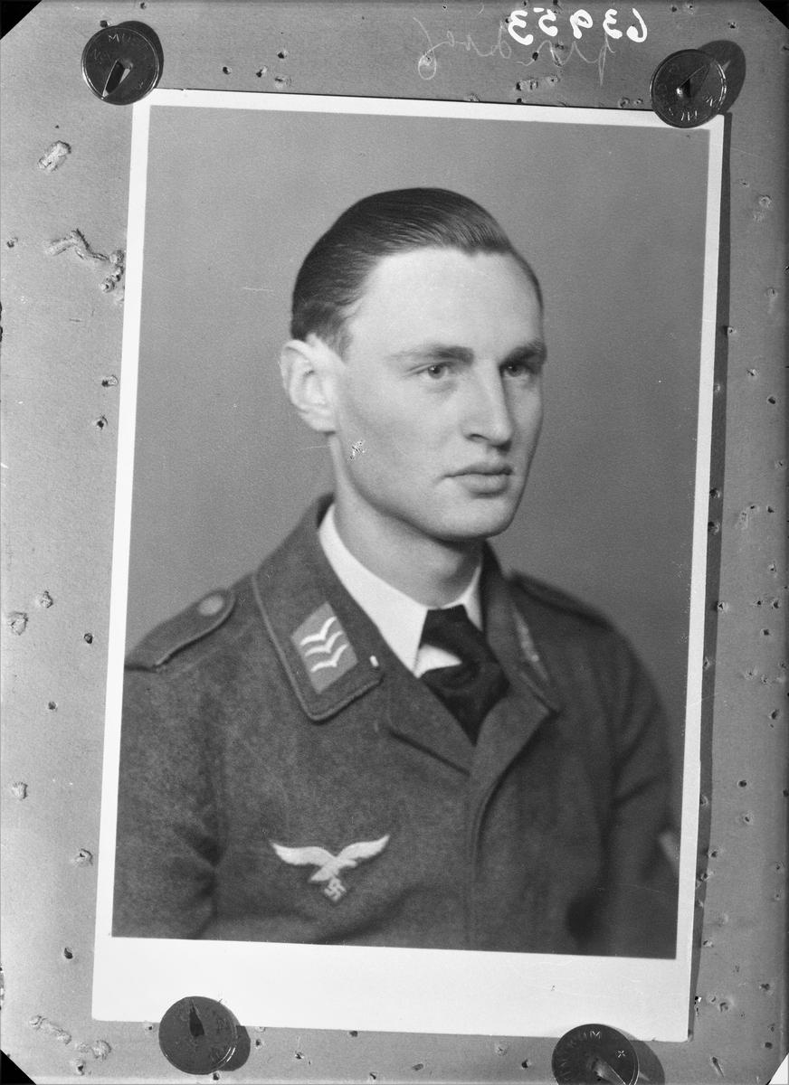 Portrett. Ung mørkhåret mann i tysk militæruniform, hvit skjorte og mørkt slips. Kopi.  Bestilt av Obgefr. Willi Windersmidt - 12790