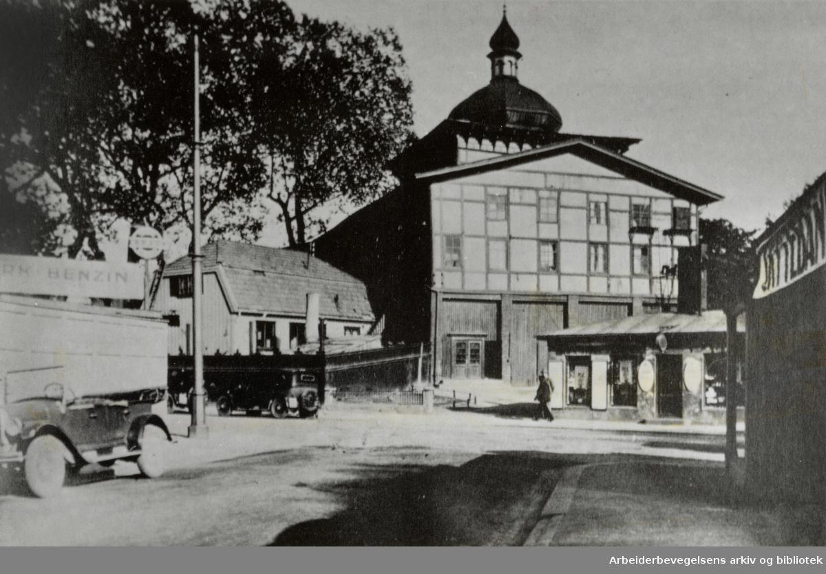 Klingenberg, Klingenberggata. 1920-åra. Teaterbygningen sett fra den tidligere Ringgangen.