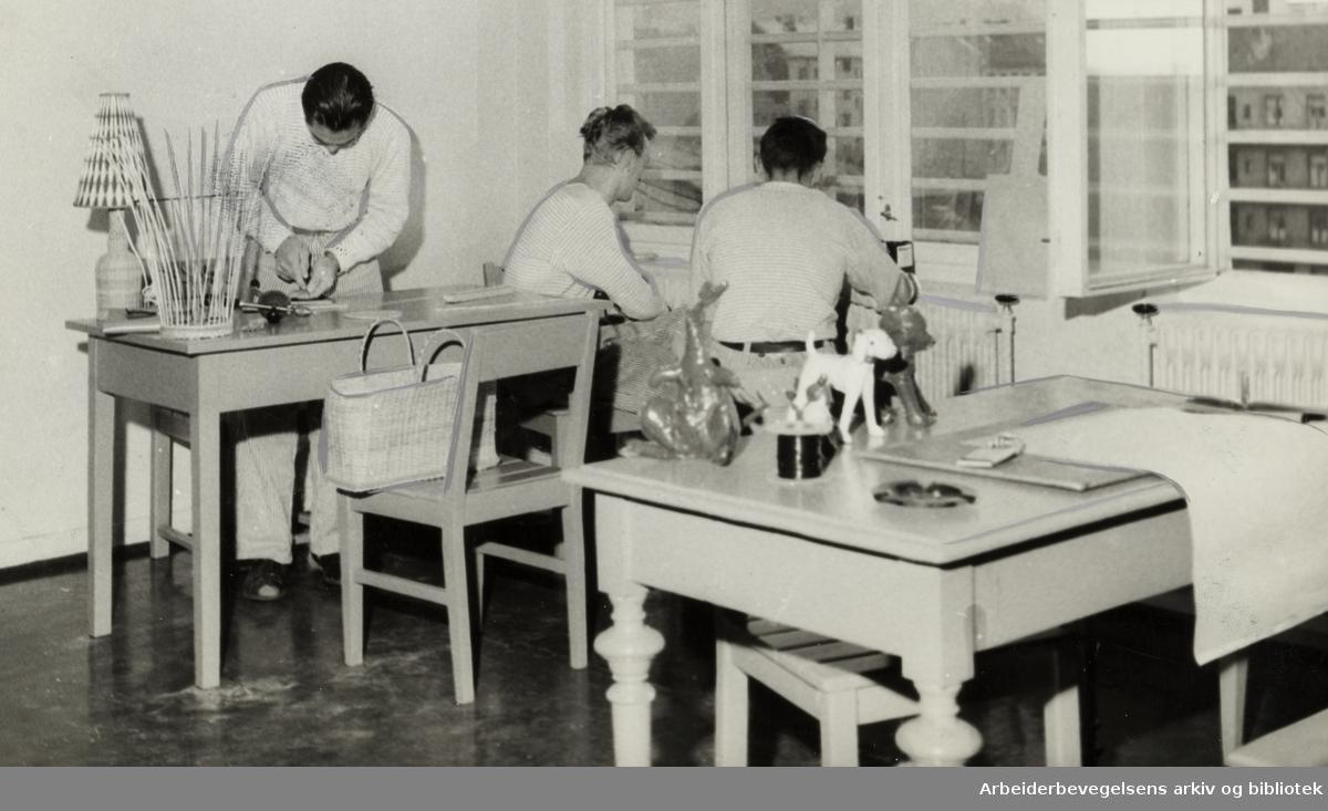 Kretsfengselet, Botsfengselet. Arbeidsterapi-rom i fengselssykehuset. November 1957