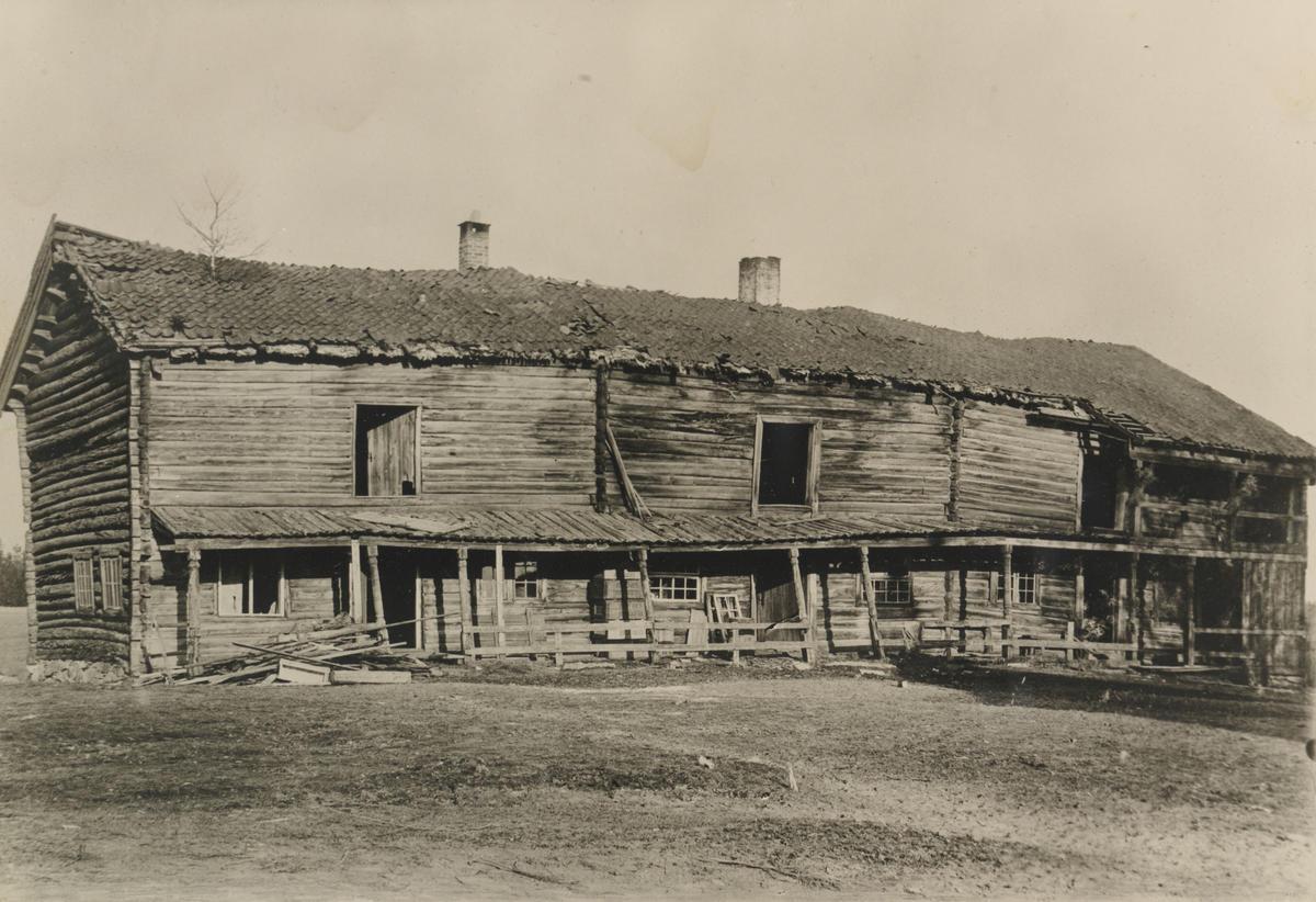 Svalgangsbygningen i forfall, ca. 1909 (Foto/Photo)