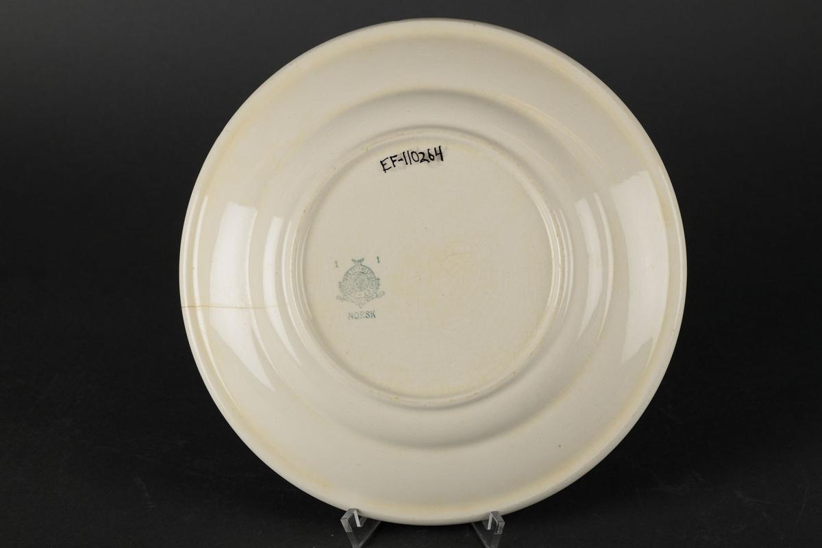 """Hvit tallerken med påskriften """"S.F."""""""