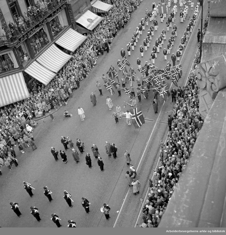17. mai 1956. Barnetoget fotografert fra taket på Stortingsbygningen.