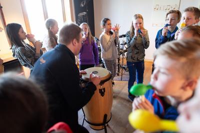 Barnas_Ringve_spille_instrument_Foto_Vidar_Alvik.jpg