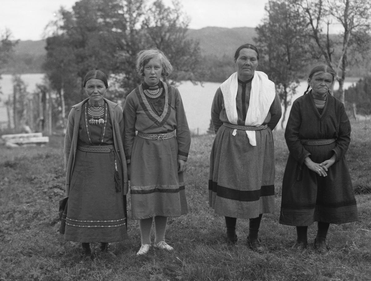 Elsa Nilsson, Salome Kant, Sigrid Jonsen og Anna Kant under Finnmisjonsstevnet i Vasslåtta.