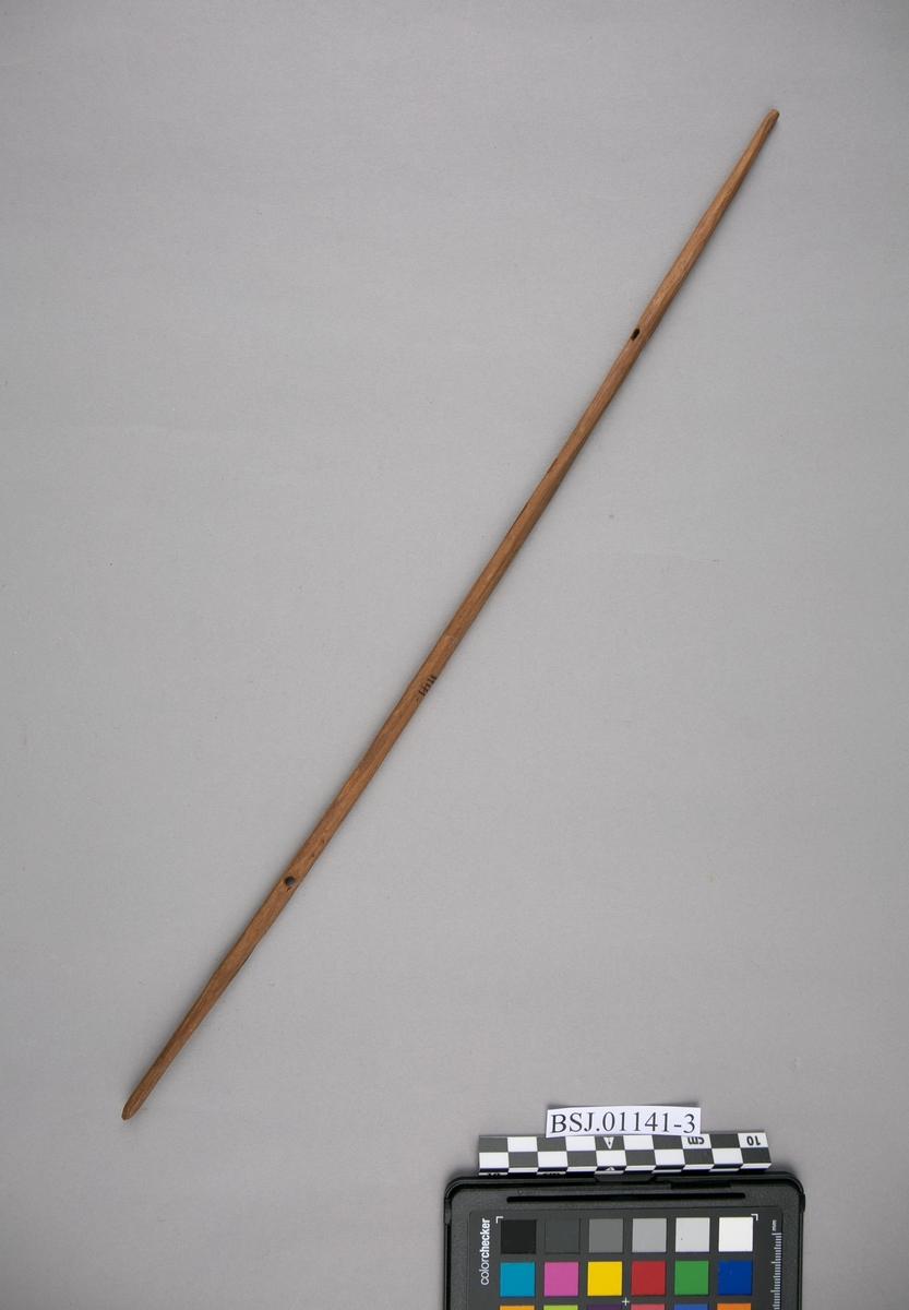 Tverrstokk. Del av modell av australsk utriggerkano med padleåre, spyd, taukveil og andre løse deler..