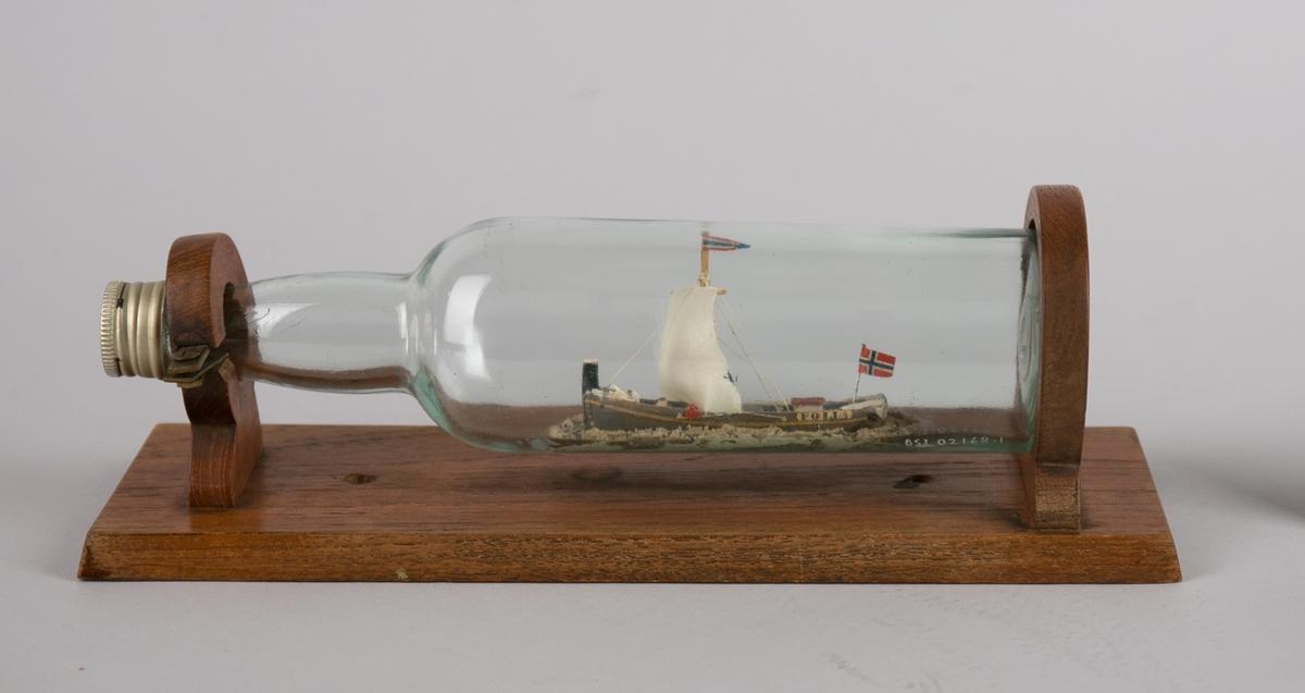 Jekten FOLLA med seilføring. Flaske montert på sokkelplate.