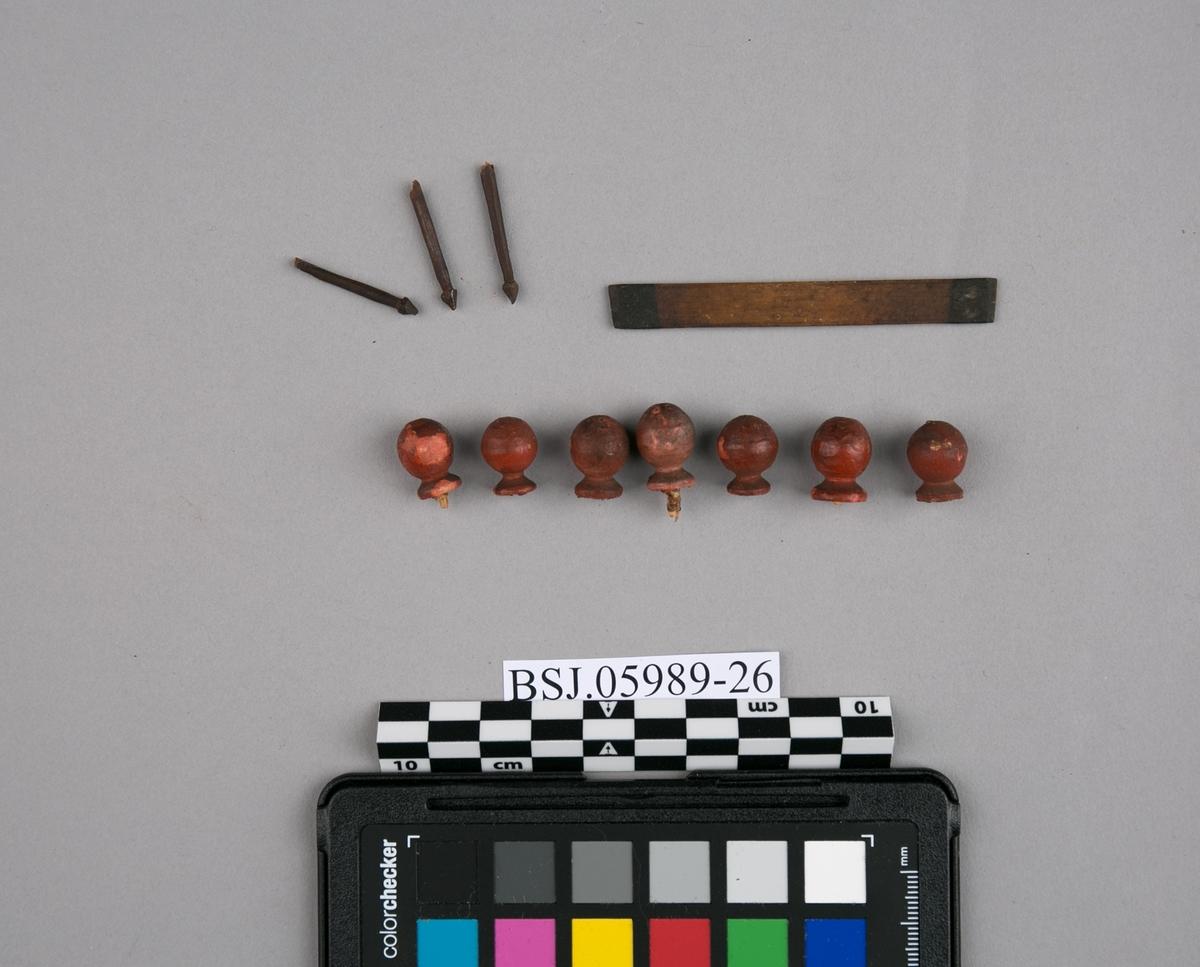 Båtdeler. Diverse løse deler til modell av lystfartøy fra Østen. Består av 7 runde, røde kuler, 3 stk. årekeiper (?), 1 stk. plank