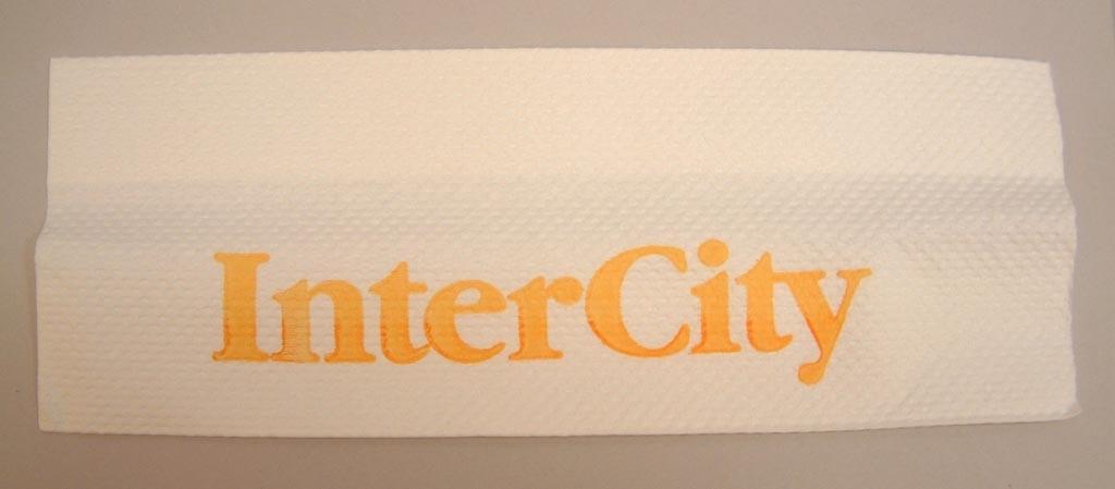 """Vit rektangulär pappershandduk med gul text """"InterCity""""."""