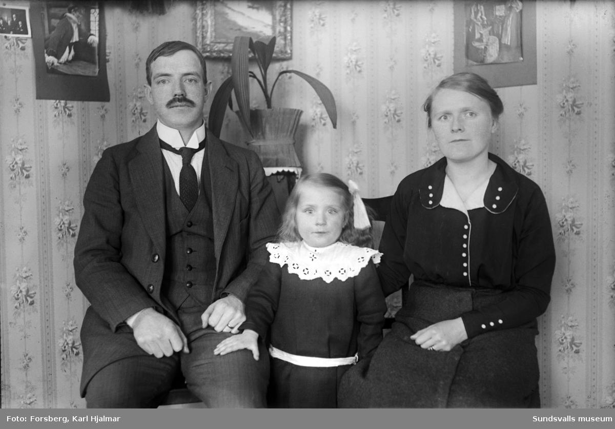 Leander Larsson med familj porträtterad i rumsmiljö.