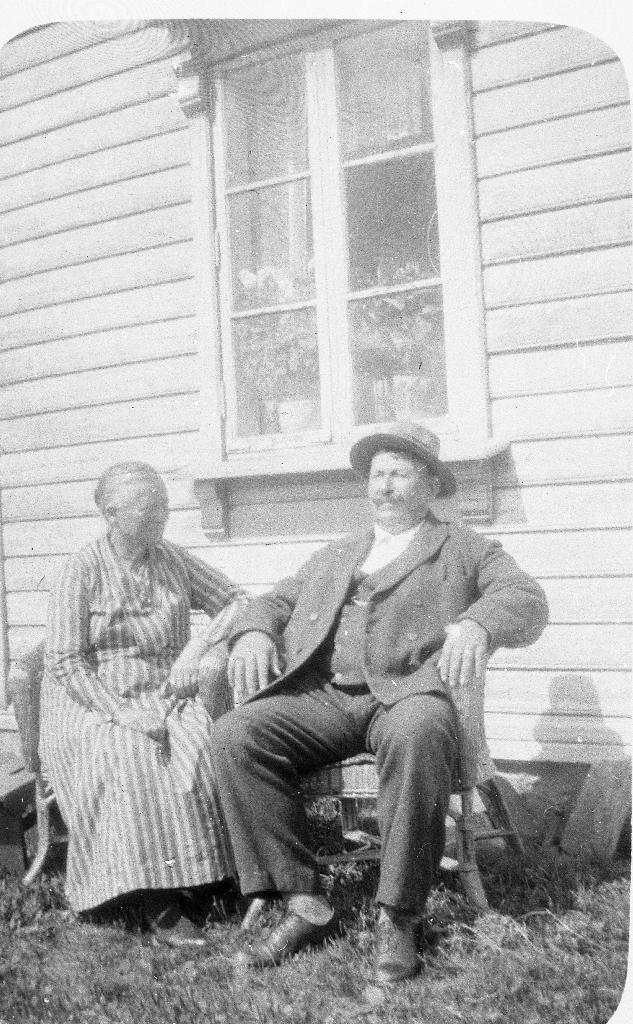 Marta Olena Johannedtr. frå Stølsmark i Vikedal (17.02.1867 - 19.07.192) og Endre Svendsen Tunheim (12.04.1873 - 12.01.1940) i korgstolar utanfor heimahuset på Tunheim.