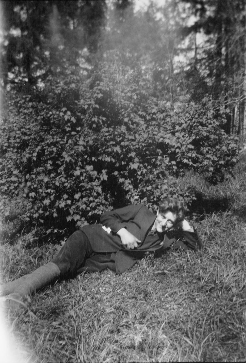 Portrett av en mann liggende i gresset