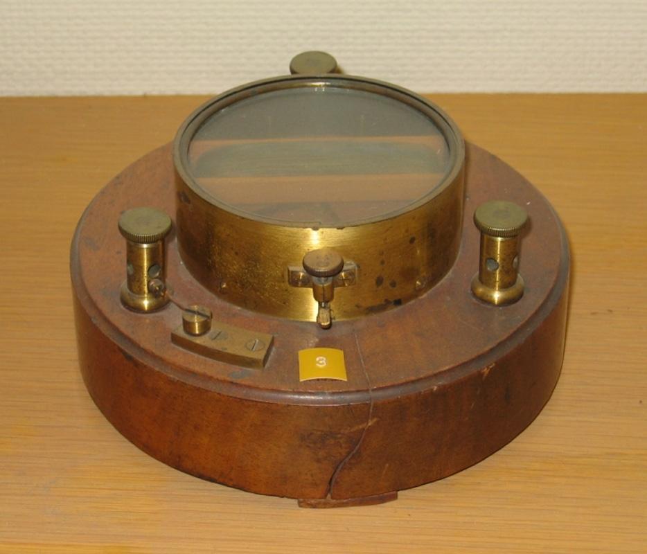 Cirkelrund träplatta med instrument.