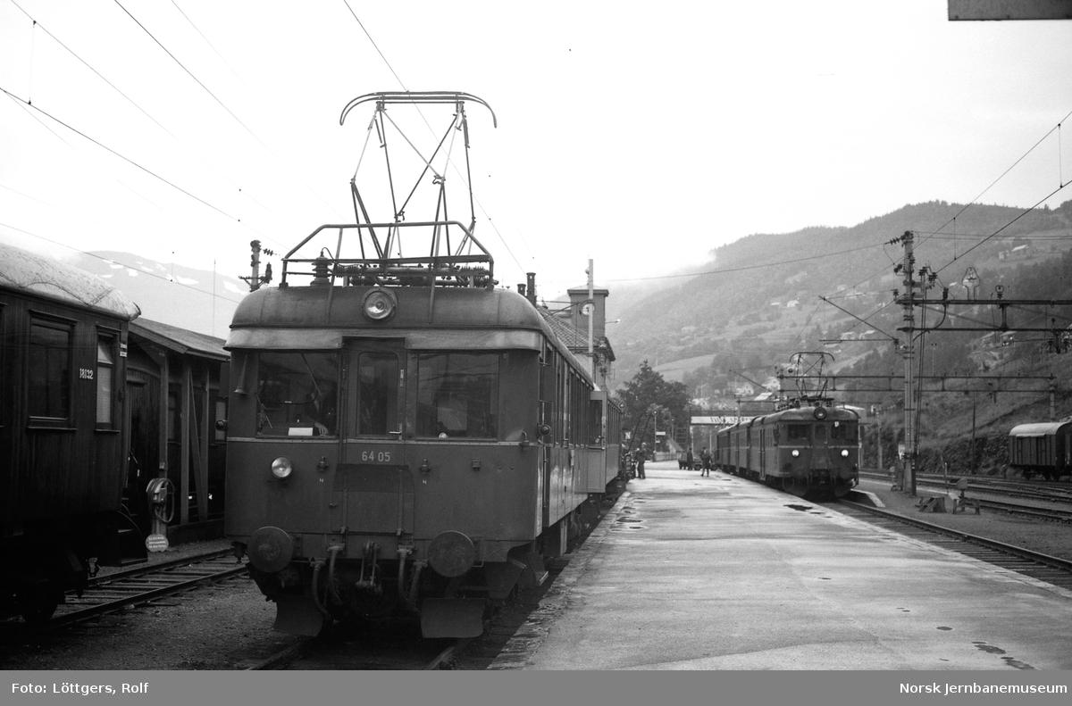 Eleltrisk motorvogn Bmeo 6405 med persontog til Granvin på Voss stasjon.