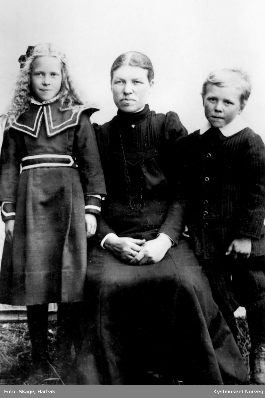 Ceselie Holmvik Johansen, Astrid Wilhelmine Johansen og Magnus Johansen