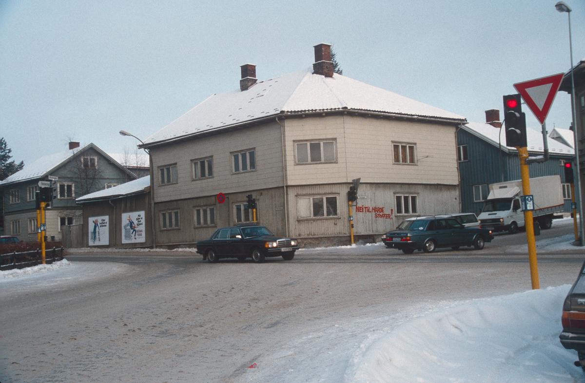 Lillehammer.  Fåberggata 101.  Krysset Fåberggata / Tomtegata / Brofoss gate.  Sett mot nord fra Brofoss gate.  Alle husene i bildet ble revet for nytt posthus.