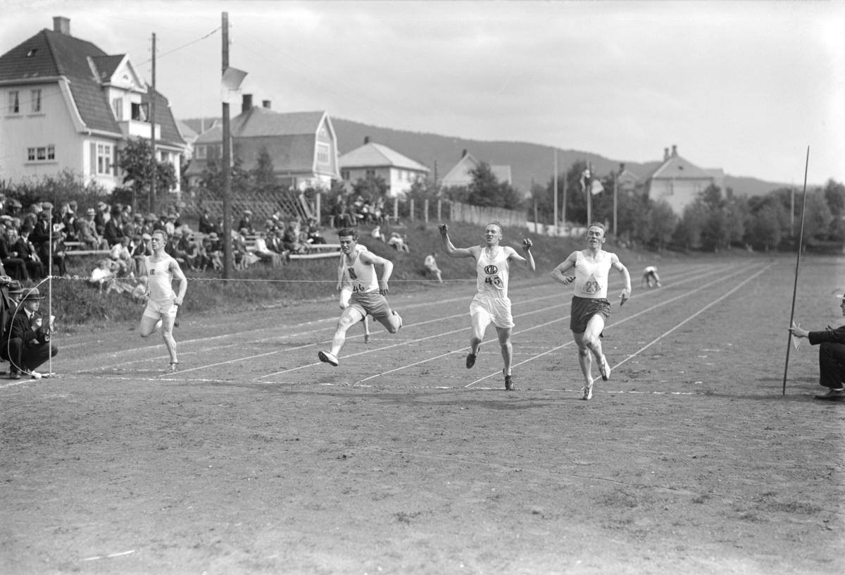 Friidrett på Sportsplassen. 100 m. To  Kristiansundere m.fl.