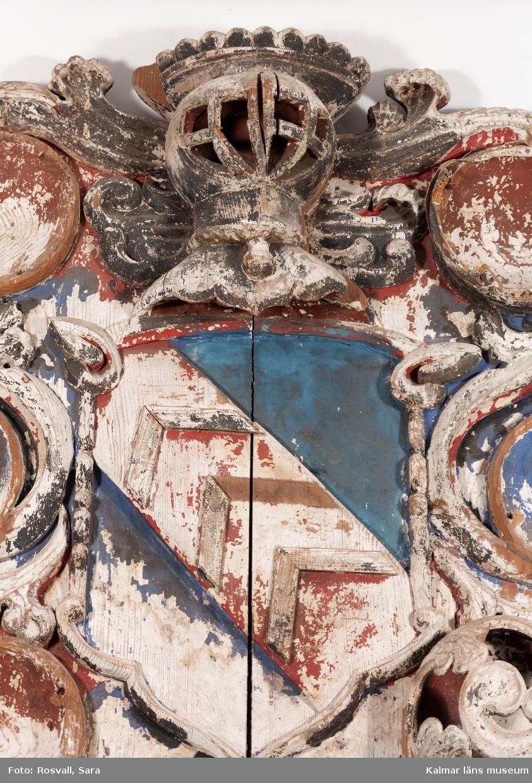 KLM 45569. Begravningsvapen, huvudbanér. I vapnet diagonalt fält i rött med tre sparrar i silver. Fältet i övrigt blått. Inskriptionen helt oläslig.
