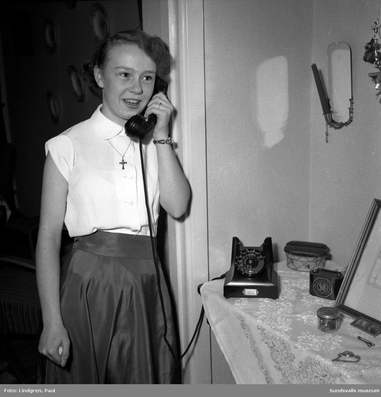 """15-åriga Lill Nenzén talar i telefon. Hon vann en """"musikgissar-tävling"""" i Lennart Hylands radioprogram Karusellen, där det gällde att vara snabb att ringa in svaret på frågorna."""