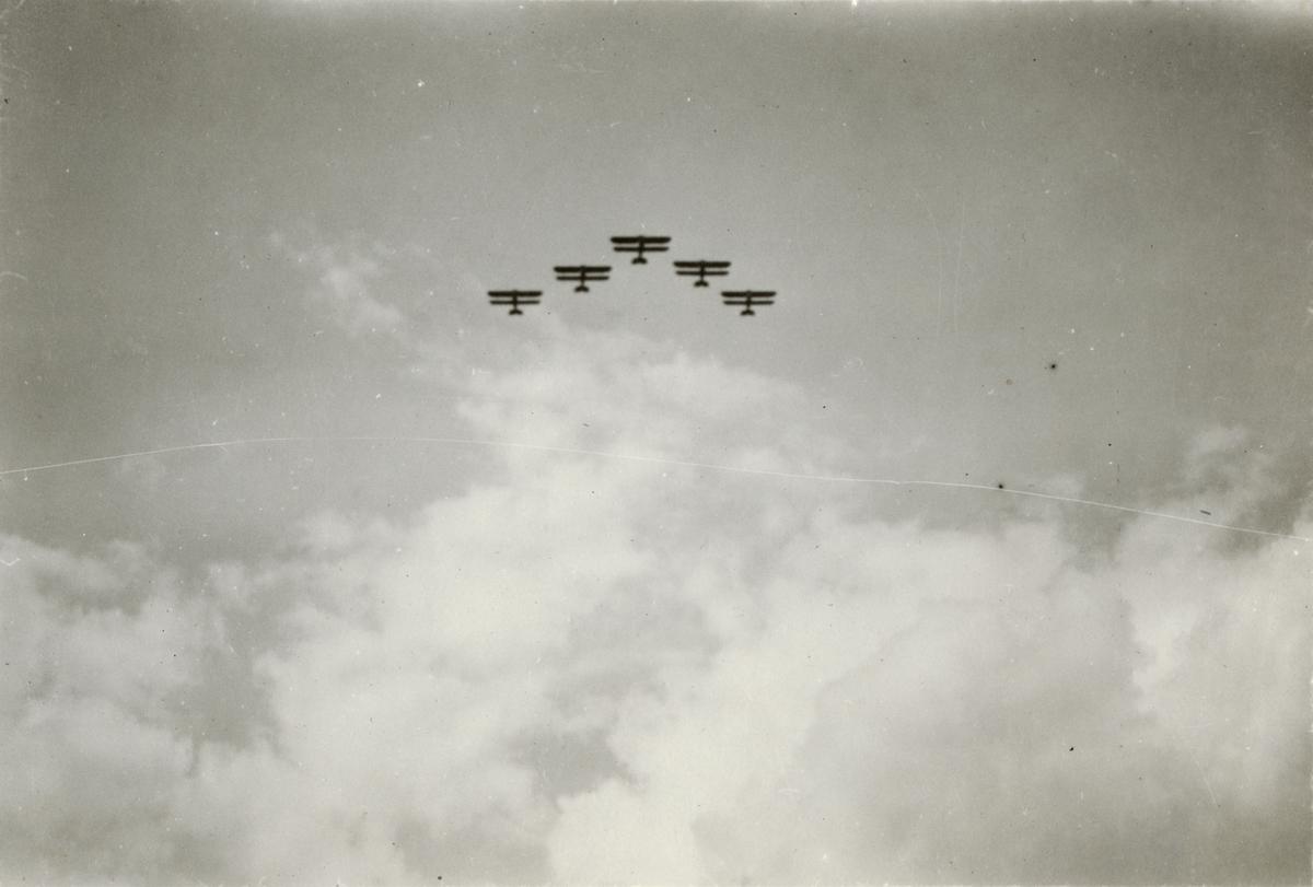 Flygplan flyger i formation.