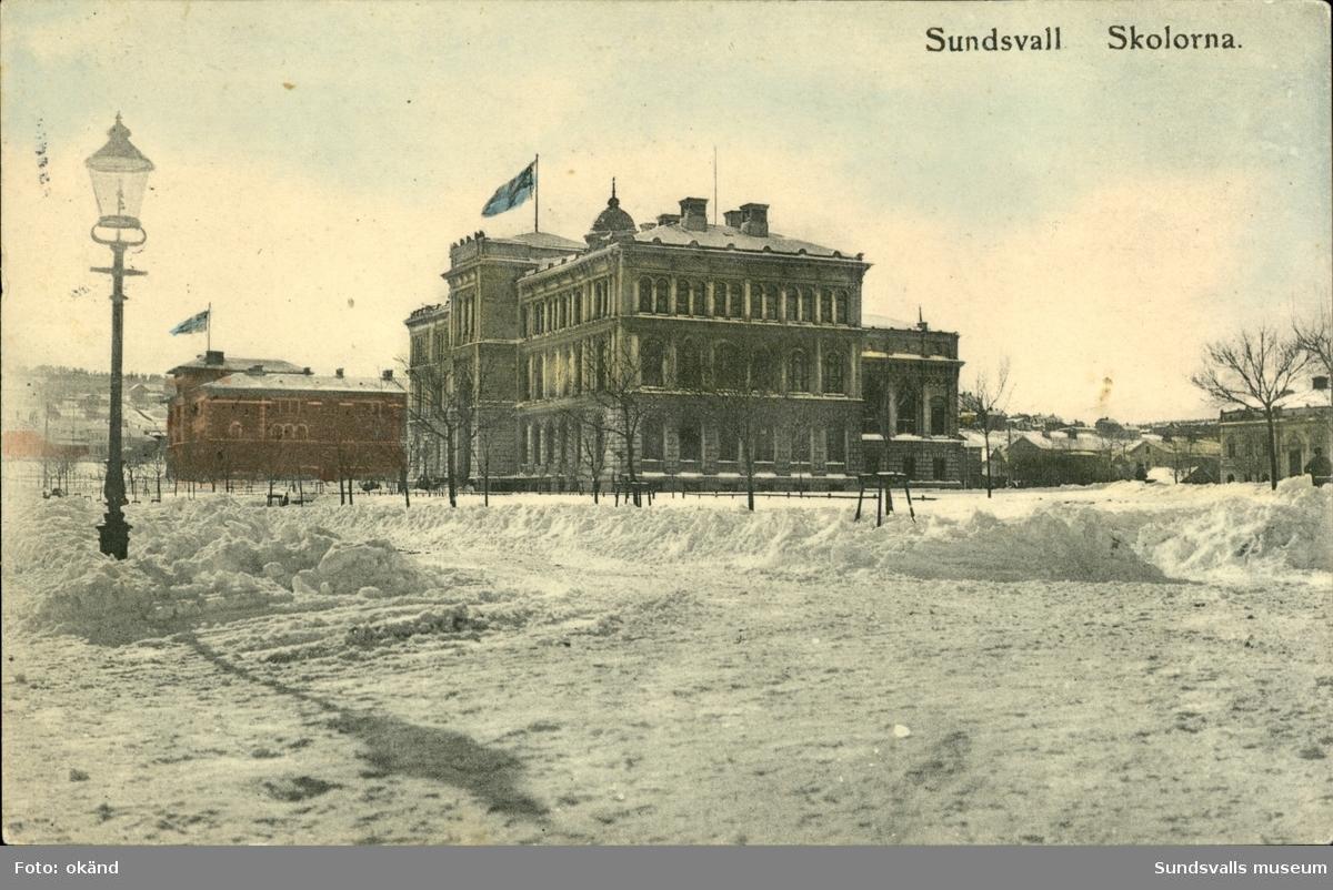 Vykort med motiv över skolorna i Sundsvall.