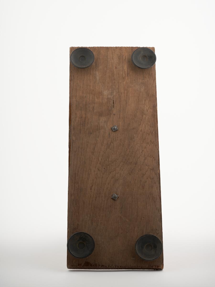 Kølappmaskin montert på en treplate med gummiføtter. Ved å trekke i håndtaket kom en kølapp ut.   NAV-samlingen er en gruppe av gjenstander som har vært anvendt på sosialkontoret (Aetat - NAV) i Skedsmo kommune.