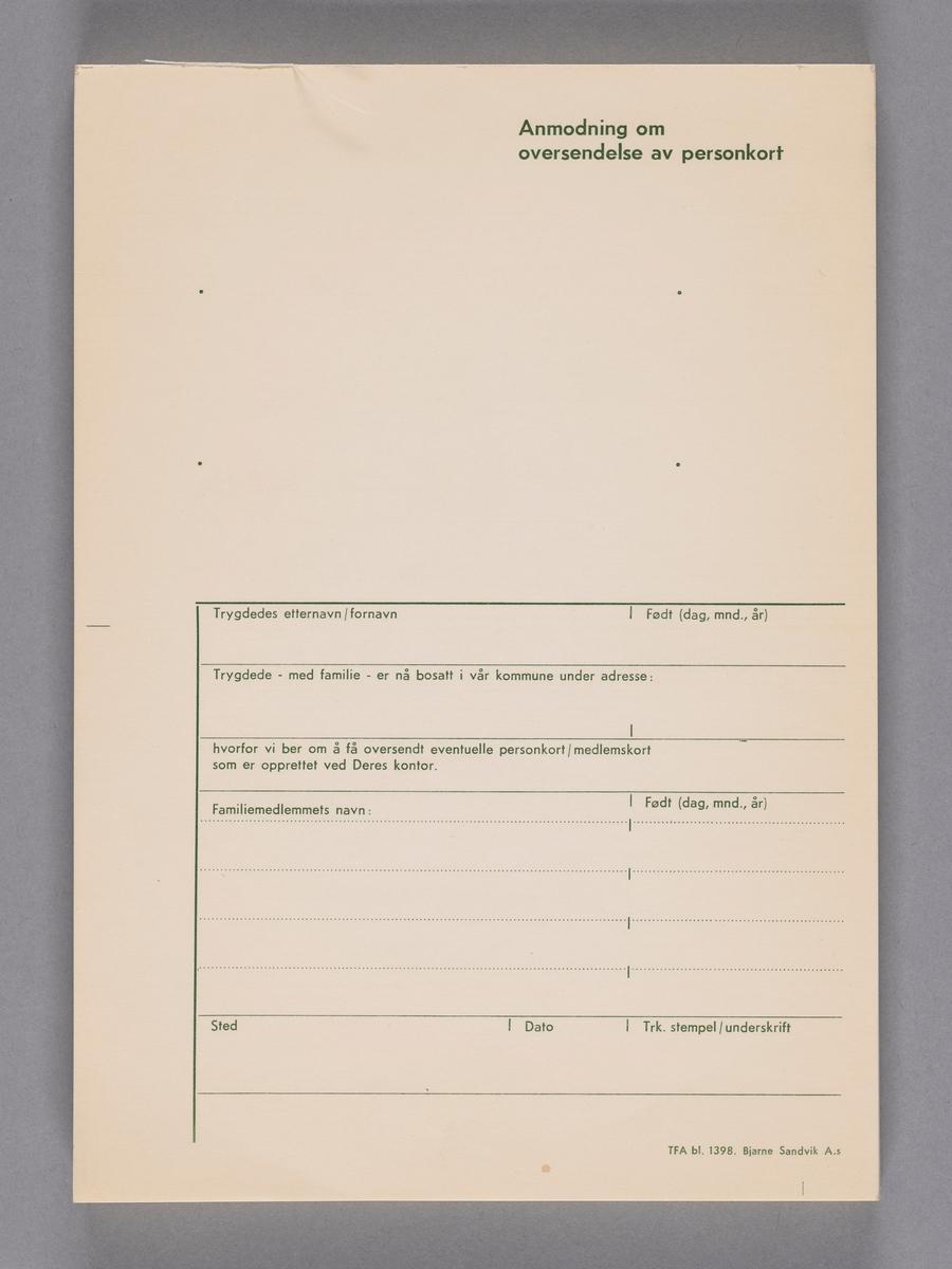 """Blokk med skjemaer som skal fylles ut med informasjon. Øverst står teksten """"Anmodning om oversendelse av personkort"""".   NAV-samlingen er en gruppe av gjenstander som har vært anvendt på sosialkontoret (Aetat - NAV) i Skedsmo kommune."""