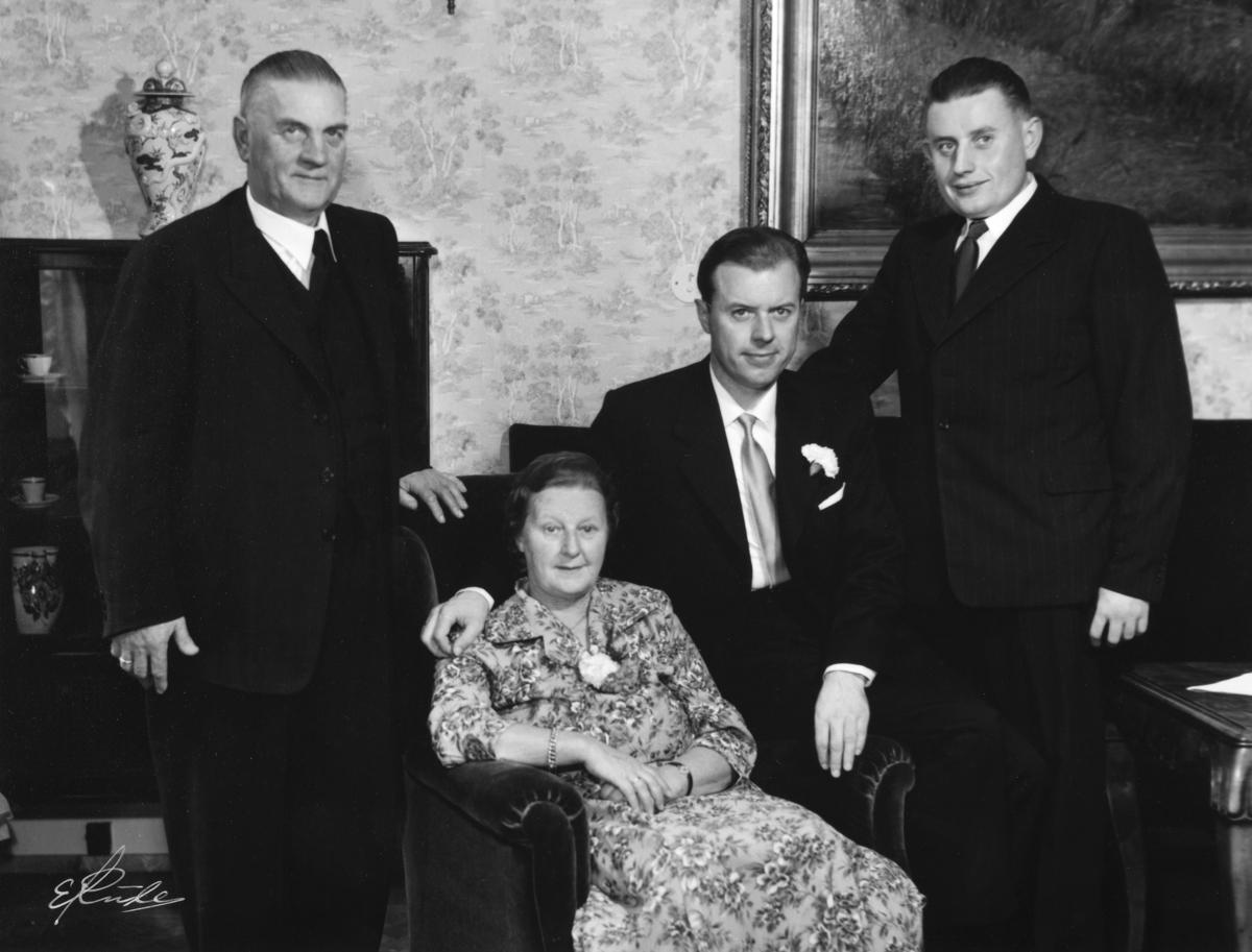 Familie gruppe 4 personer. Rådmann i Hamar, Sig. Pedersen med familie.