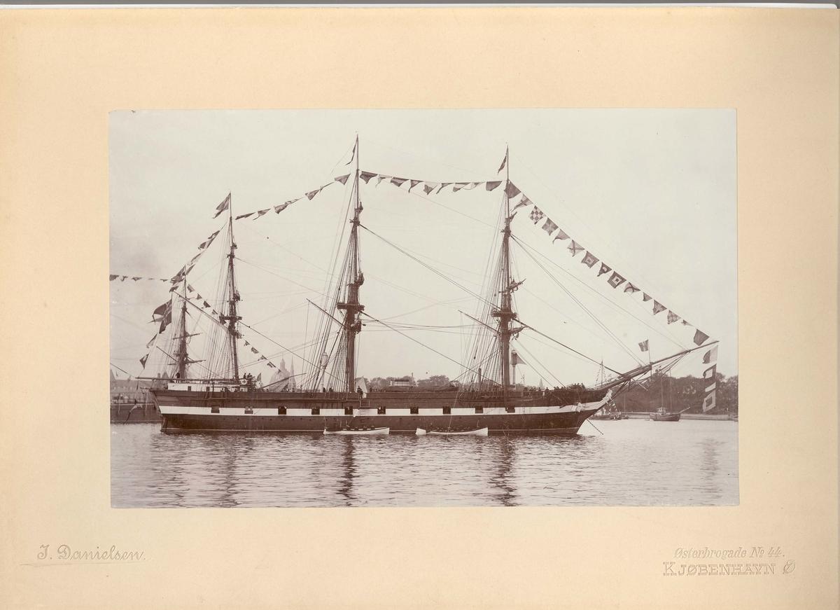 Foto av korvetten Nordstjernen m/stor flagging på besøk i København 27/7-1/8 - 1894