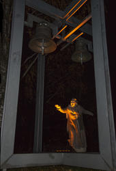 Spå.Sara står under kirkeklokkene i et skummelt lys og forteller om onde varlser.