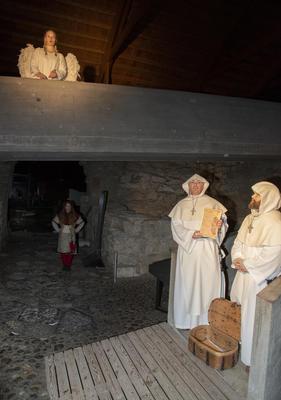 En engel ser ned på to munker som selger avlatsbrev. (Foto/Photo)