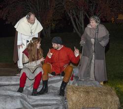 Knut Kannik og Spå-Sara er vitne til at Ruske-Ragna lurer opplysninger ut av Åge, biskopens dreng.