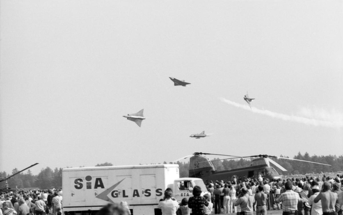 Flygvapnets uppvisningsgrupp för flygplan Saab 35 Draken vid flygdagen på Malmen den 28 augusti 1976. Vid firande av Flygvapnet 50 år. Publik i förgrunden.