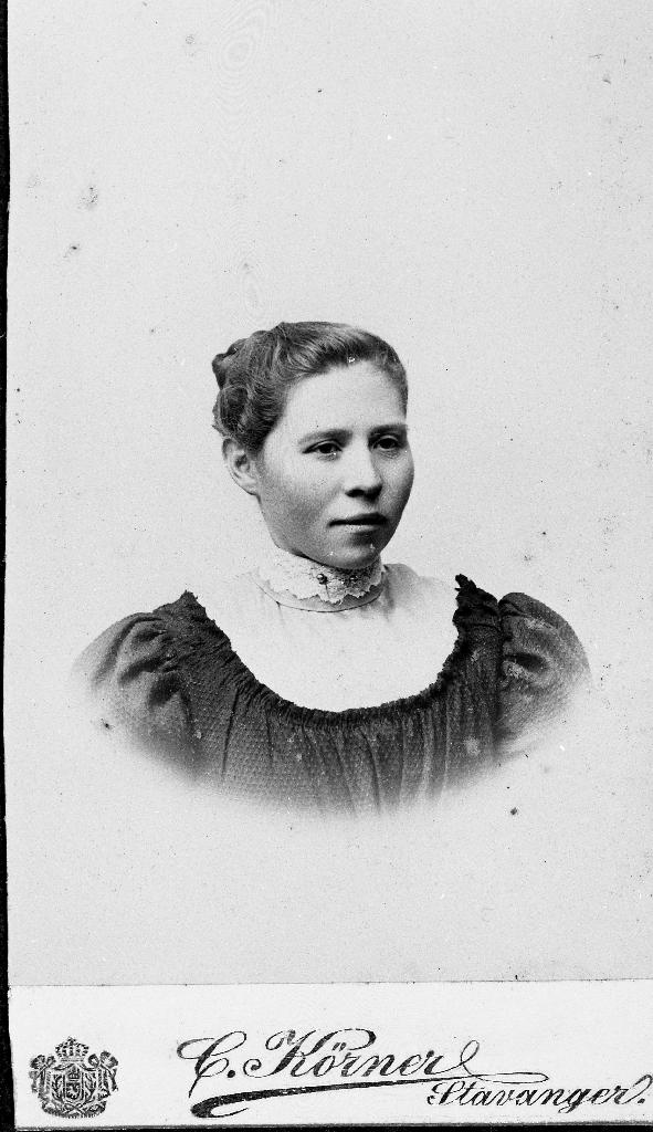 Karen Karlsdtr Norheim (1872 - 1959) g. 7.5.1910 m. Lars Larsson Digernes (1887 - 1950) Strannå i Nedstrand.
