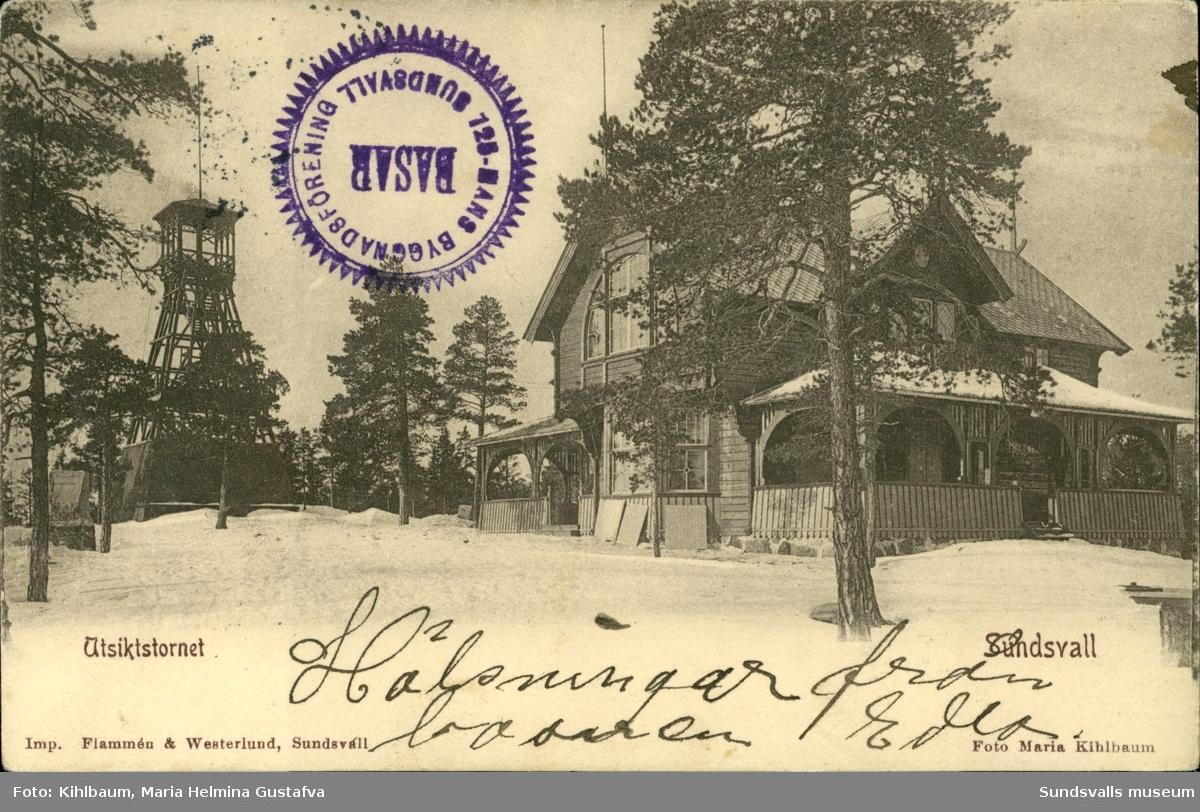 Vykort med motiv över Utsiktstornet och Turistpaviljongen i Sundsvall. På framsidan finns också en stämpel med texten: Bygdeföreningens basar Sundsvall.