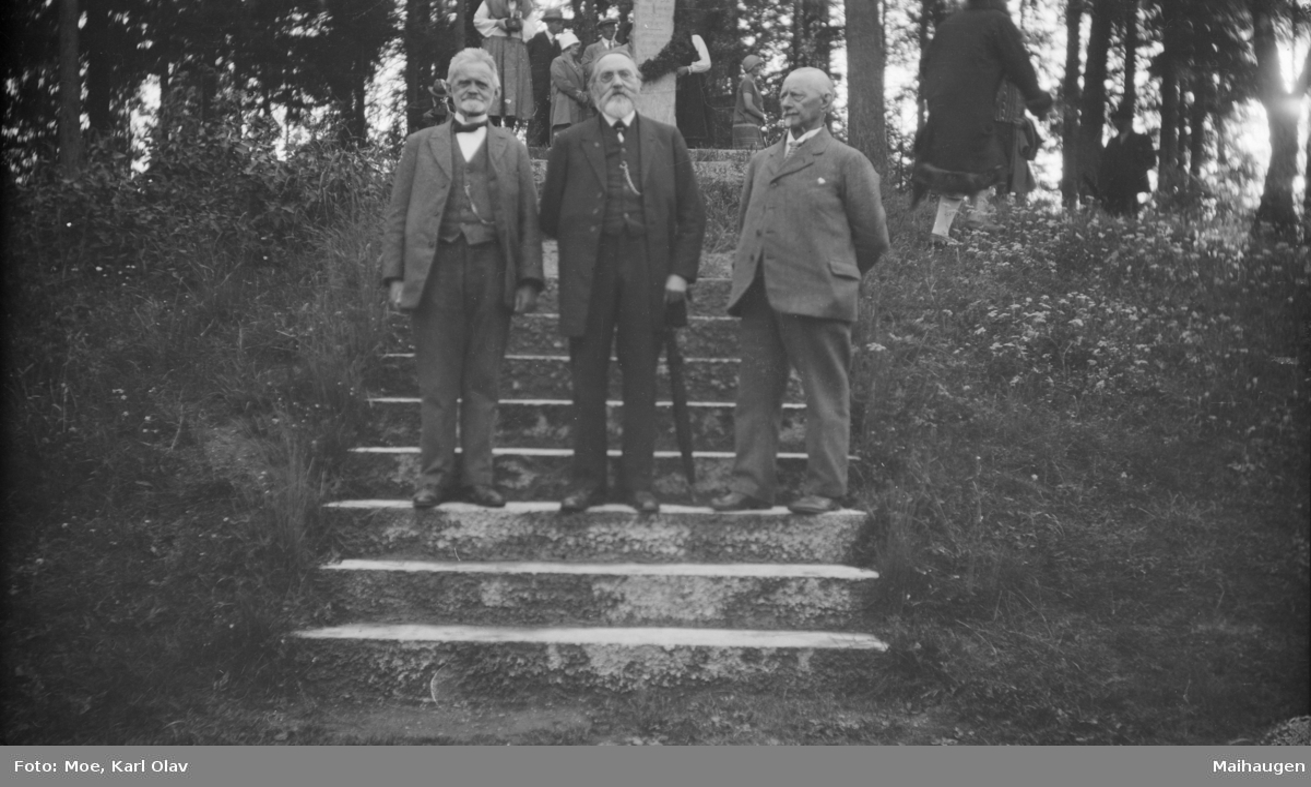 Foran Per Bø bautaen på Vonheim i Follebu. Fra venstre: Tomassen, Ivar Blekastad og Sjur Fedje.